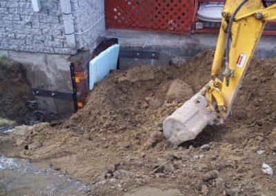 Excavateur en action ( Service de mini excavation en endroit restreint à Lavel ) - Alain Fissure à Mascouche